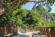 從路旁木棧道走進去可看到南安瀑布