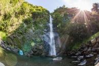 陽光照射著南安瀑布,呈現目眩神迷的畫面